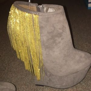 7 inch gray wedge with gold fringe ✨ unique 🥰